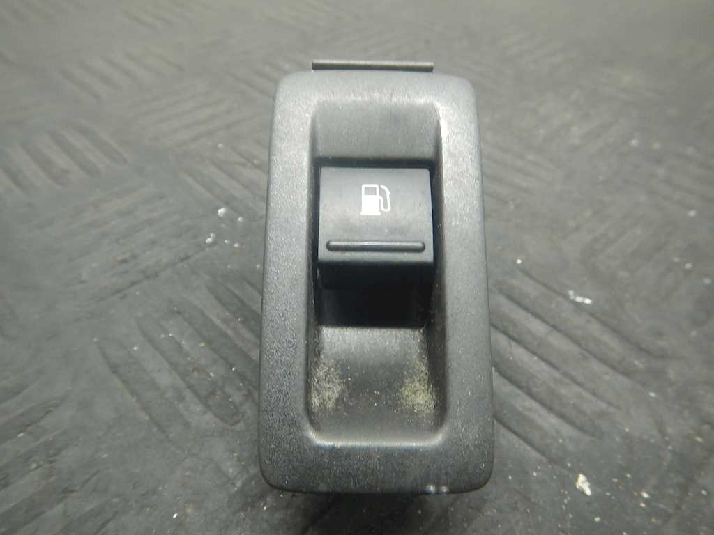 Кнопка открывания лючка бензобака